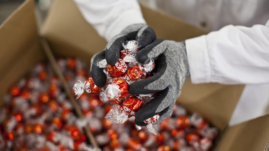 """В Италия откриха 50 тона откраднати шоколадови бонбони """"Линд"""""""