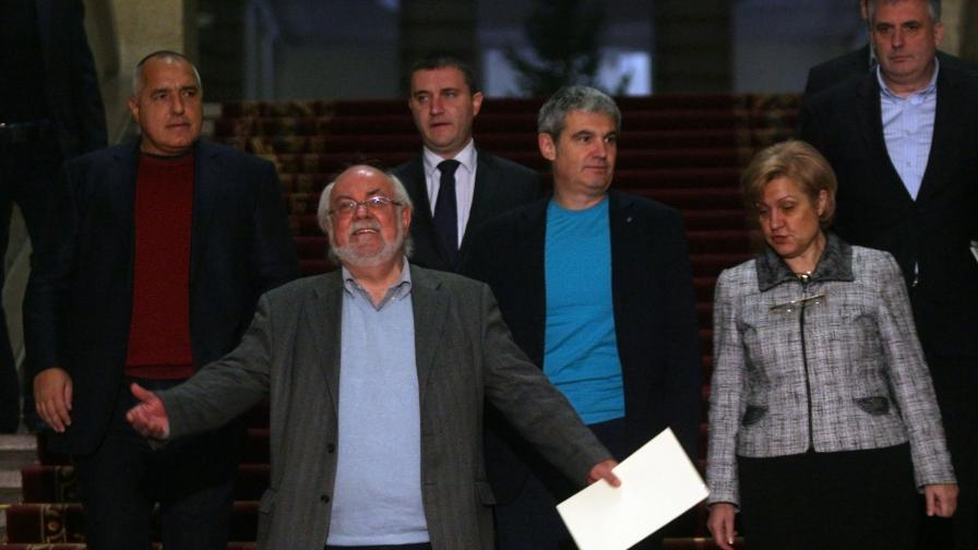 Членовете на правителство заедно с представителите на синдикатите след срещата
