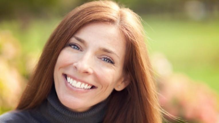 жена щастие усмивка
