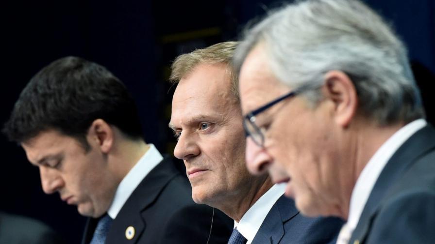Председателят на Европейския съвет Доналд Туск (в средата), шефът на ЕК Жан-Клод Юнкер (на преден план) и италианския премиер Матео Ренци