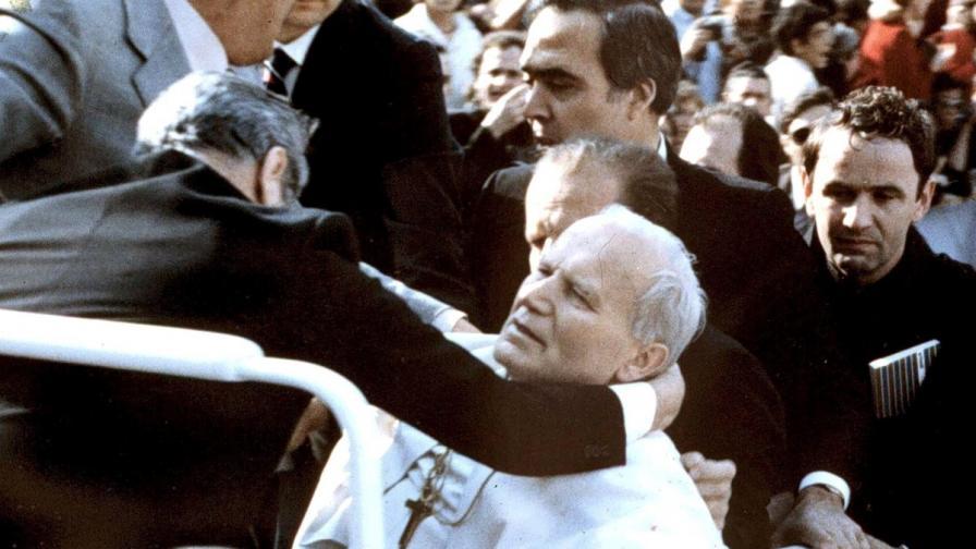 Али Агджа положил цветя на гроба на папа Йоан-Павел II