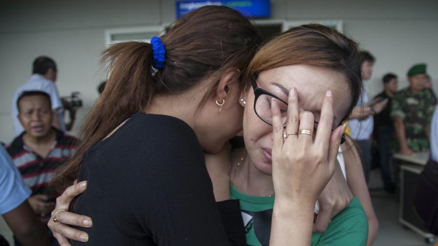 Близки на пътниците от изчезналия самолет
