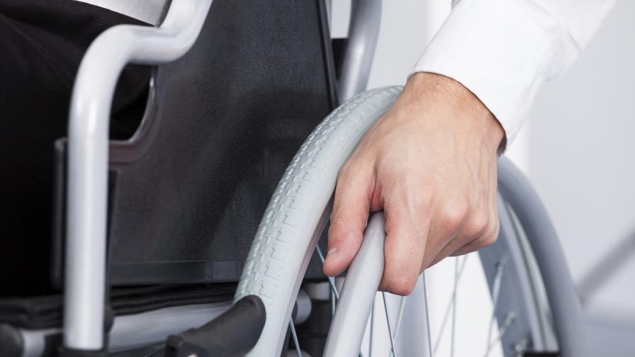 Инвалиди без колички вече четири месеца