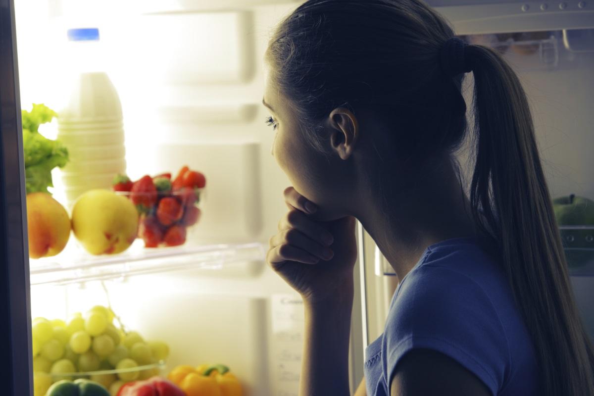 Разчистете хладилника<br /> <br /> Да си кажем честно, ако нямате вредна храна на разположение, по трудно ще се отдадете на изкушението, а и няма да се сещате за различни вкусотийки, които са на една ръка разстояние. Разчистете хладилника от вредни храни и шкафа със сладки неща, заместете ги с плодове, зеленчуци, домашно сготвена храна, това ще ви улесни.