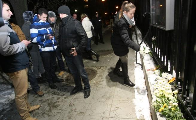 Столичани оставиха цветя пред посолството на Франция