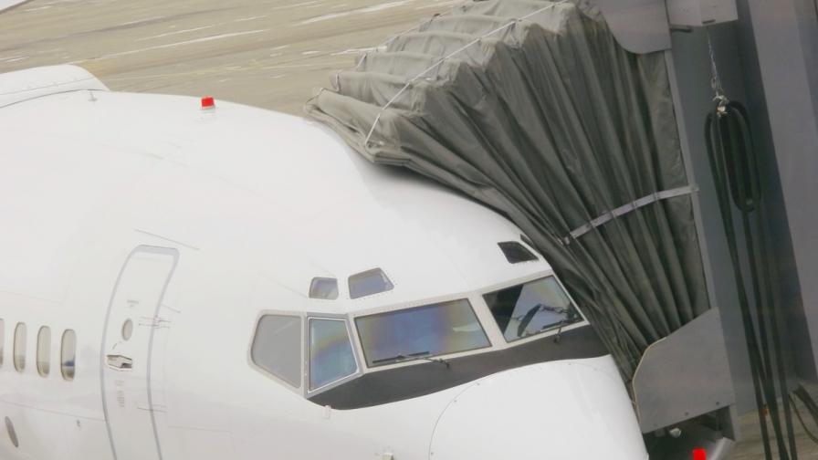 Китай: Пасажери отворили аварийни изходи на самолет, бавел се