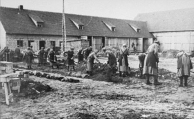 "Затворници работят в лагера ""Равенсбрюк"""