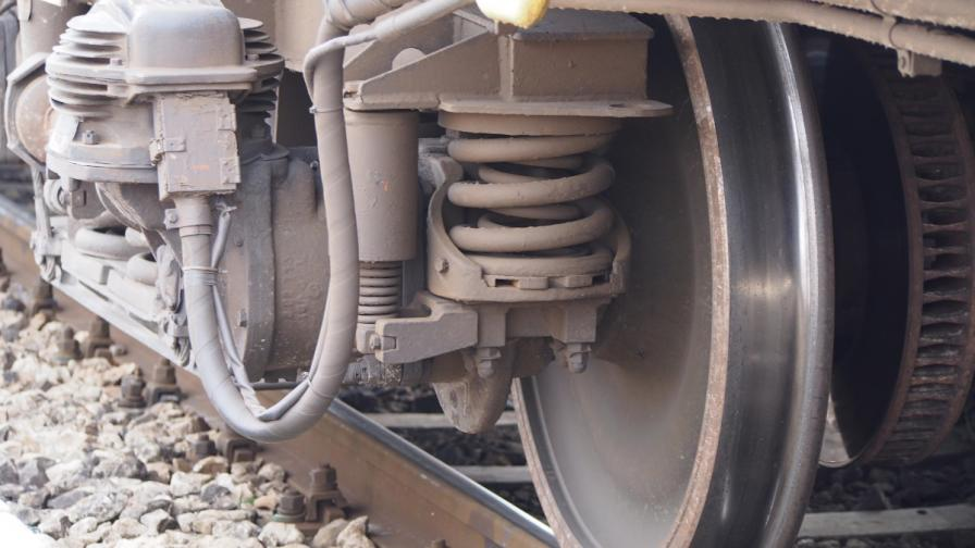 Дерайлирал товарен вагон спря влаковете край Сливен
