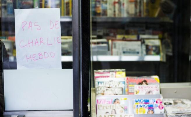 Бележка на будка за вестници, на която пише: Няма Шарли ебдо