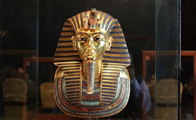Работници счупили брадата на Тутанкамон, а после я залепили с неподходящо лепило