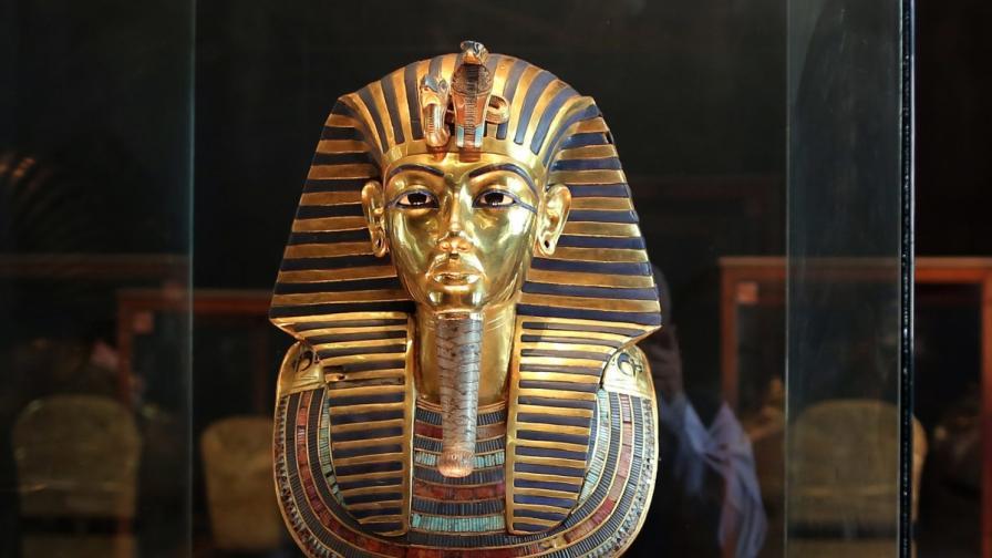 Работници счупили брадата на Тутанкамон, но я залепили