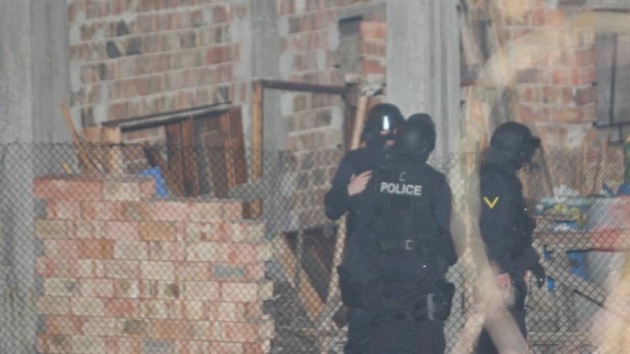Няколко полицаи пострадали в Горна Баня