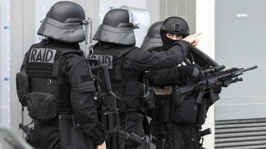 """Мъж крещя: """"Аллах акбар"""" и удря жени с чук във Франция"""