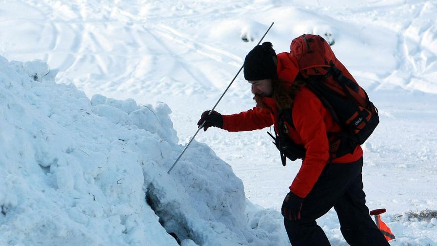С хеликоптер спасиха заклещен между скалите сноубордист