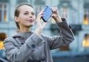 Глоба за гледане в телефона при пресичане в Хонолулу