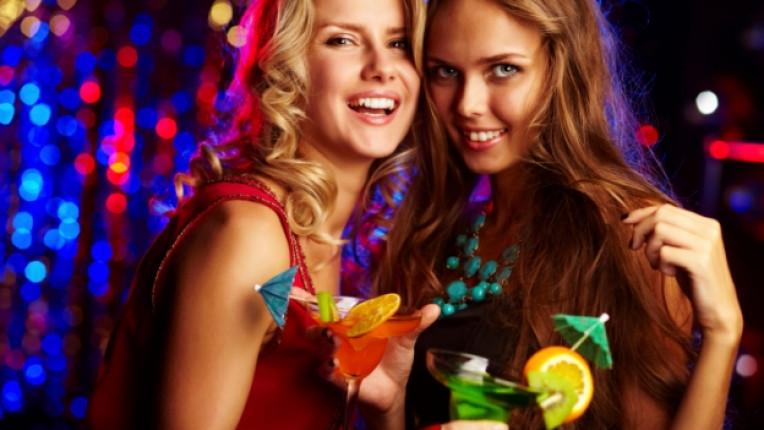 жена жени веселба приятелки забавление питие алкохол коктейл