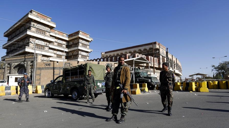 Йеменски войници пазят пред американското посолство в Сана