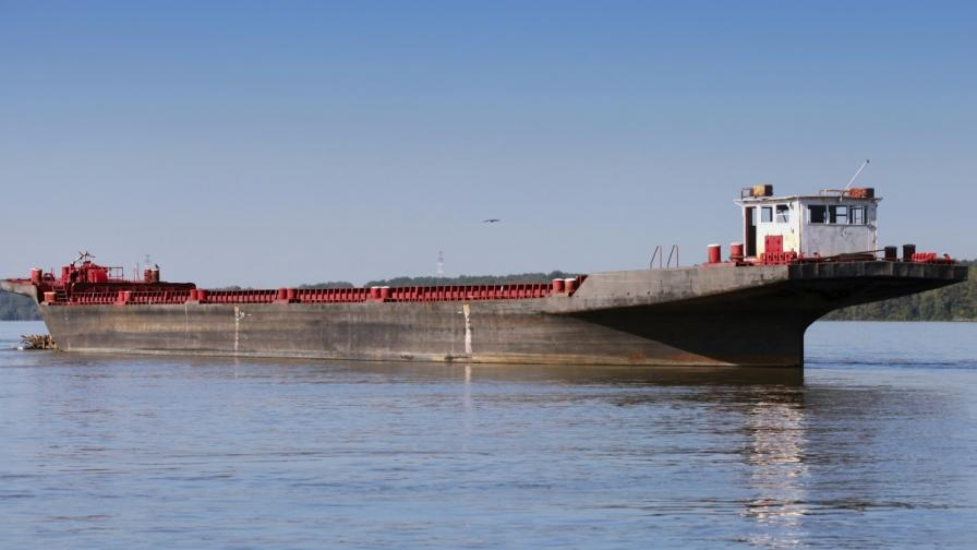 Баржа с 850 т торови препарати е потънала в Дунав