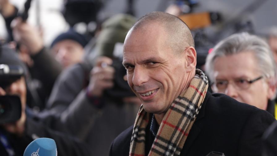 """Гръцкият финансов министър разбуни социалните мрежи заради шал """"Бърбъри"""""""