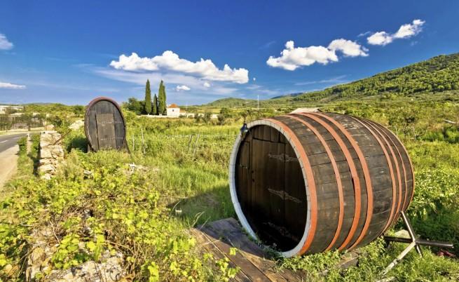 Бъчви с вино в Стари град, Хърватия