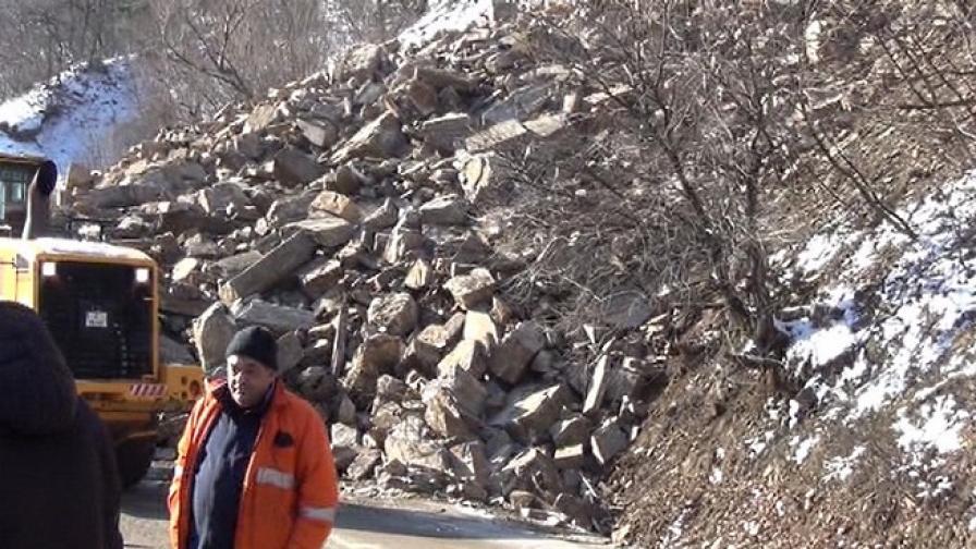 С 1 тон взрив разчистват свлачището по пътя Кричим-Девин
