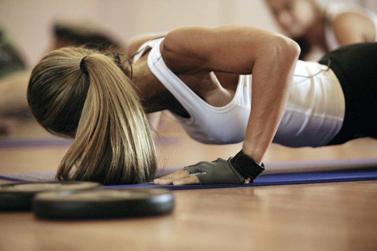Тренирайте<br /> <br /> Отделете време за упражнения, защото тренировката не само прави чудеса с тялото ви, но и подобрява цялостното ви благосъстояние и здраве. Също така физическата активност помага да изчистите създанието си от всички натрапчиви мисли. Освен, че е здравословна тренировката задейства и ендорфините, които имат дълбок ефект върху повдигането на духа ви.