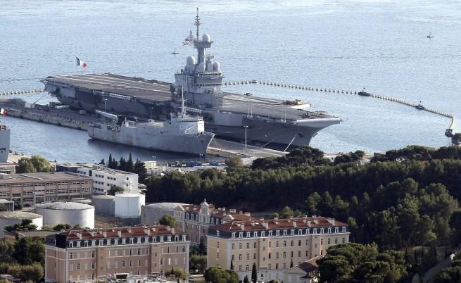 Франция праща самолетоносач с 26 изтребителя срещу ИД