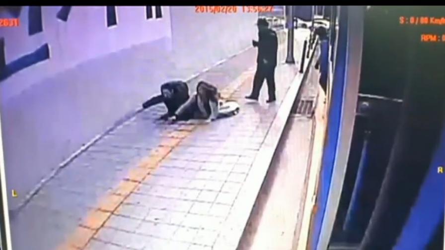 Дупка погълна двама пешеходци в Южна Корея (видео)