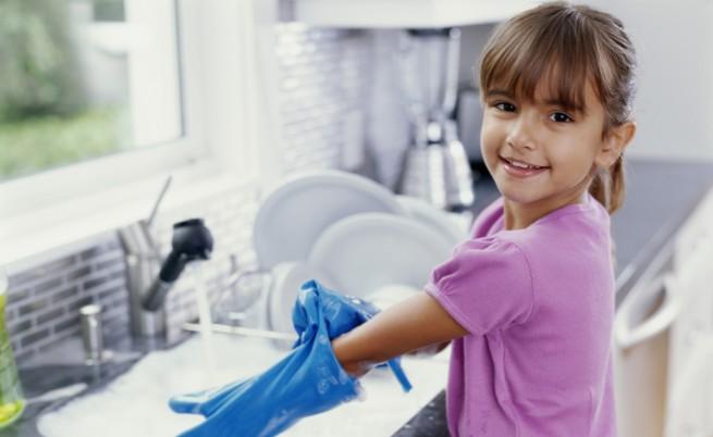 Учени: Децата са с по-малко алергии, когато семейството мие чиниите на ръка