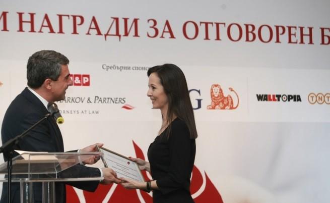 Невена Василева получава наградата за инициативата Промяната от президента Росен Плевнелиев