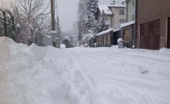 Снегът не спира, обстановката в страната се усложнява