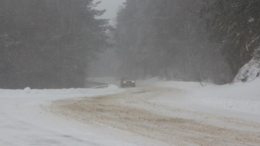 Снегът взе жертва, расте броят на бедстващите общини