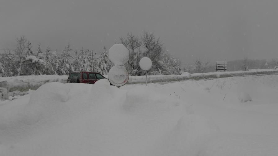Продължава снежната блокада в Кърджали и Смолян