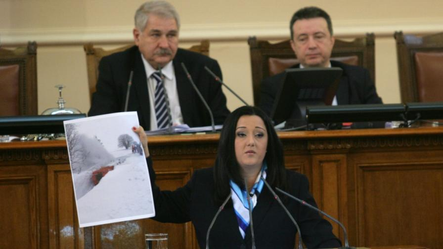 Лиляна Павлова на парламентарната трибуна по време на отчета на министрите за действията им по време на снежното бедствие в Родопите