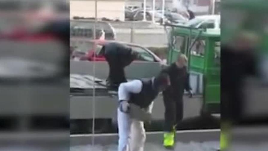 Във Варна крадат плочки от тротоара (видео)