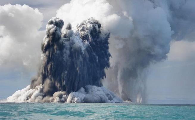 Вулкан изригна и създаде нов остров край Тонга