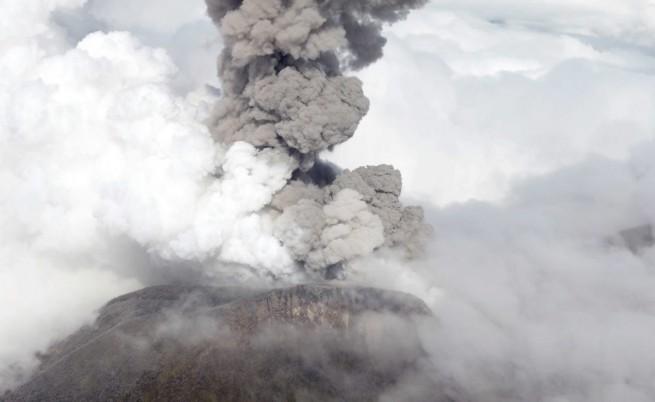 Вулкан в Коста Рика изригна и затвори летището в Сан Хосе