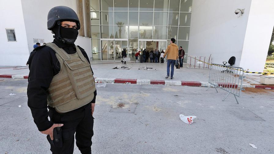 """Представител на службите за сигурност пази входа на нападнатия музей """"Бордо"""" в столицата на Тунис"""
