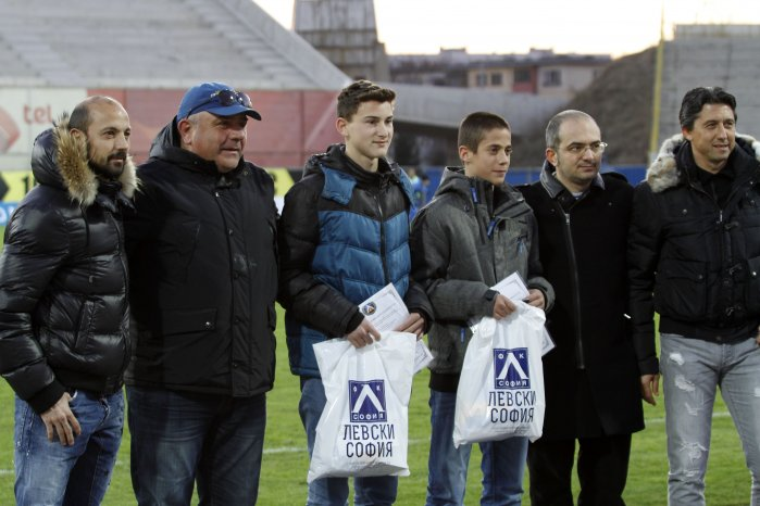 Двама юноши на Левски от школата на стадион Раковски бяха наградени на специална церемония. Ивайло Сапунов и Никола Димитров (от набор 1999 г.) помогнаха на 70-годишна пенсионерка, която бе ограбена.Тръст Синя България връчи на Ивайло и Никола акции на Левски, а от Националния клуб на привържениците дариха двете смели момчета със специални фен-артикули на клуба. 16-годишните юноши на Левски гледат и домакинството срещу Хасково от ложата на стадион Георги Аспарухов в компания на Станислав Ангелов и Даниел Боримиров.