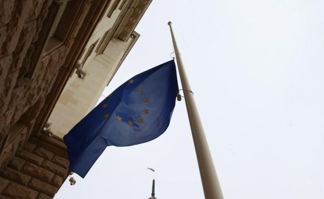 Знамената на ЕС бяха свалени наполовина и у нас