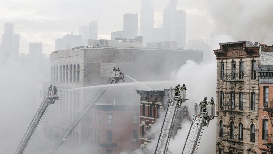 Сграда в Манхатан рухна след експлозия и пожар