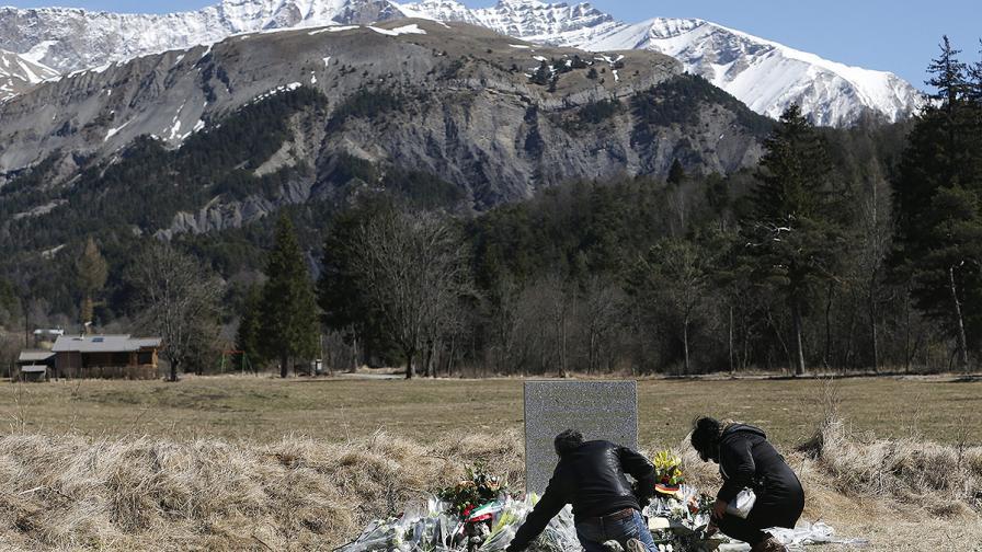 Роднини поставят цветя пред мемориал в памет на загиналите