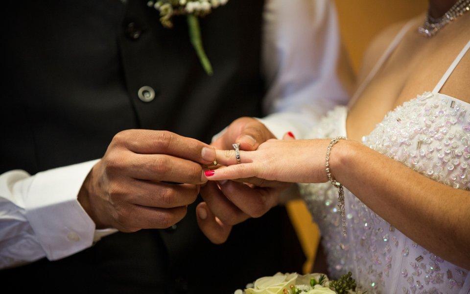 Футболист почина на сватбата си в Англия
