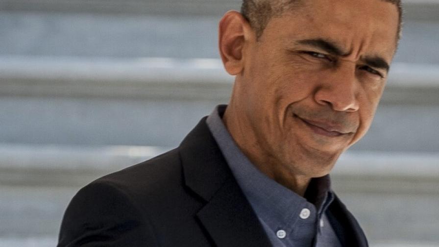 Обама се спъна, слизайки от самолет (видео)