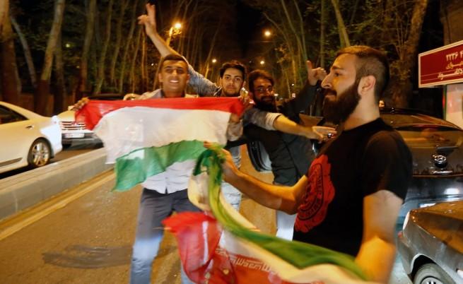След беше оповестена новината за споразумението, по улиците в Техеран излязоха да празнуват