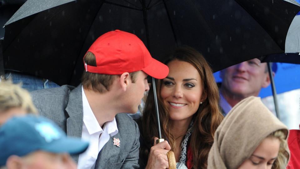 Принц Уилям и съпругата му Кейт Мидълтън по време на конно състезание на Олимпиадата в Лондон, август 2012 г.