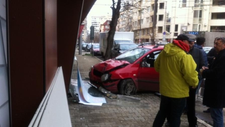 Кола се вряза в магазин в София