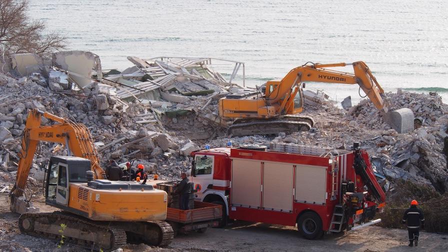 Задържаха мъж във връзка с рухването на хотела във Варна