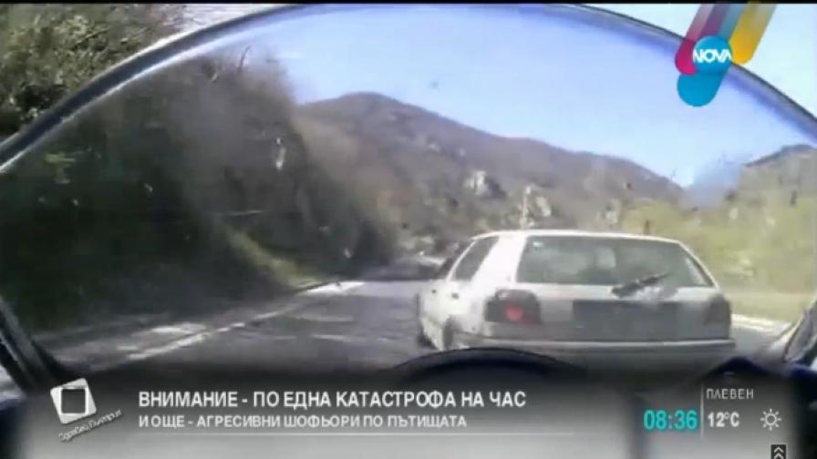 Взеха книжката на мъжа, изтласкал мотоциклетист от пътя
