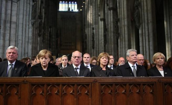 (От ляво надясно) Министър-председателят на германската провинция Хесен  Фолкер Буфир; канцлерът Ангела Меркел; председателят на Бунтестага Норберт Ламерт; Даниела Шад, приятелката на германския президент Йоахим Гаук, самият Гаук; и министър председателят на Северен Рейн-Вестфалия  Ханелоре Крафт